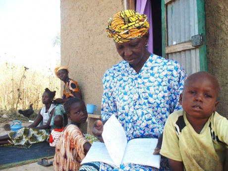 Kaidia Samaké reading with her grandchildren - Soumaïla T Diarra | Panos London