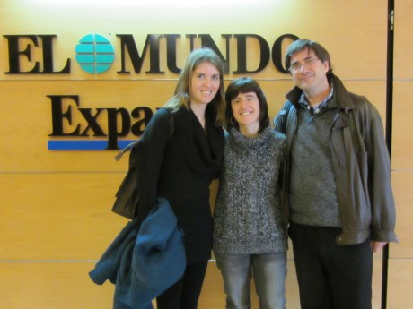 Ana Aranha (left) visits the office of El Mundo, who published several of her articles through Panos' Linking Southern Journalists project - Tia Jeewa | Panos London