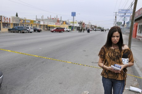 TV journalist reporting from a crime scene. Ciudad Juarez is the most violent city in Mexico, and the epicentre of the war on drugs. In 2008, 2,000 people were murdered, an average of 5.5 murders a day - Teun Voeten | Panos Pictures