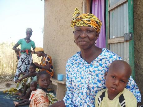 Kaidia Samaké with her grandchildren - Soumaïla T Diarra | Panos London