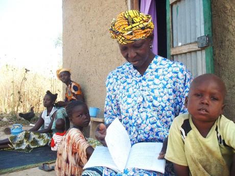 Kaidia Samaké reading with her grandchildren - Soumaïla T Diarra | Panos London