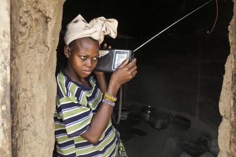A Mali woman listens to the radio - Andrew Esiebo | Panos London