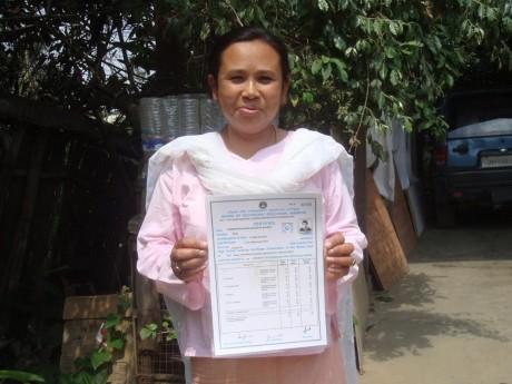 Ambra showing her son's high school marks - Thingnam Anjulika Samom | Panos London